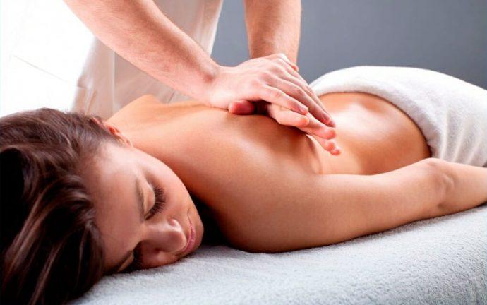 Выполнение лёгкого массажа спины