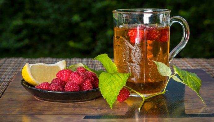 Чай с малиной в прозрачной кружке
