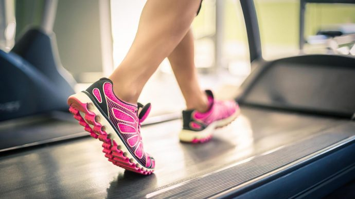 Ноги в спортивной обуви на беговой дорожке