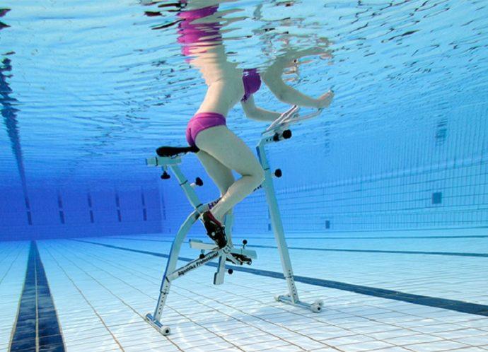 Девушка на тренажёре в бассейне