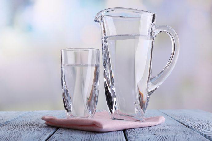 Вода в прозрачном стакане и кувшине
