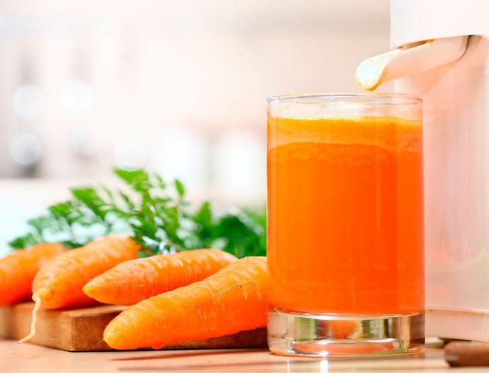 Морковный сок в прозрачном стакане