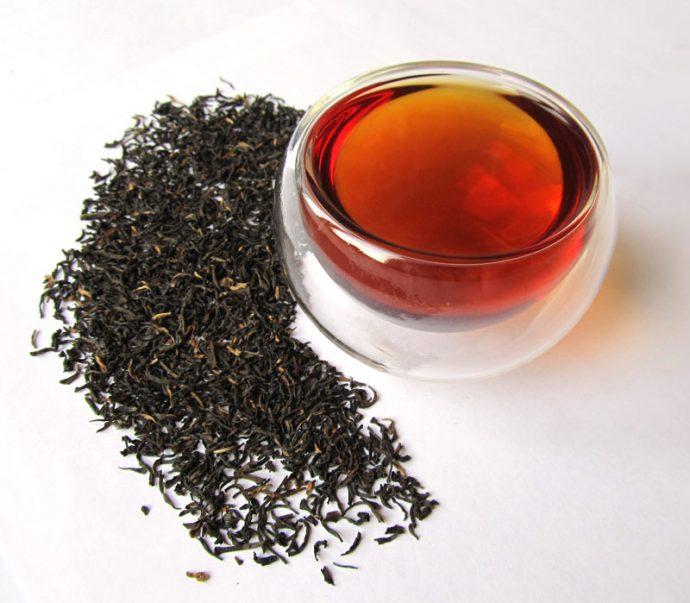 Чёрный чай в прозрачной кружке