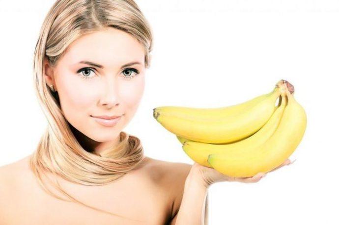 Девушка держит бананы для маски от морщин