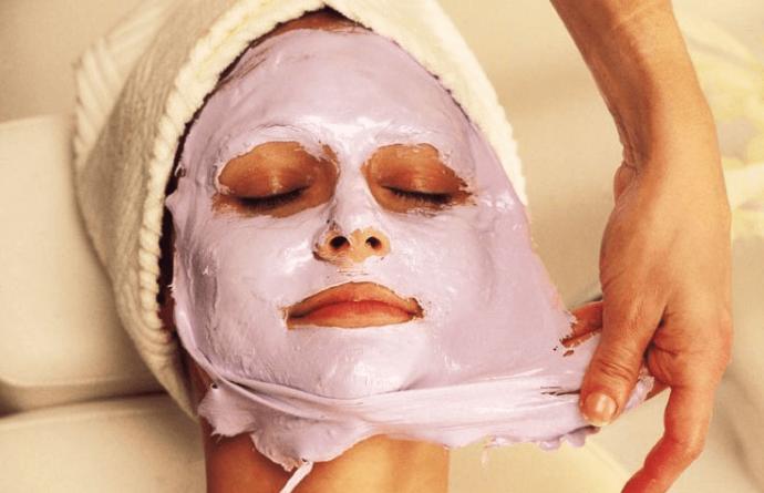 Альгинатная маска на лице (розовая)