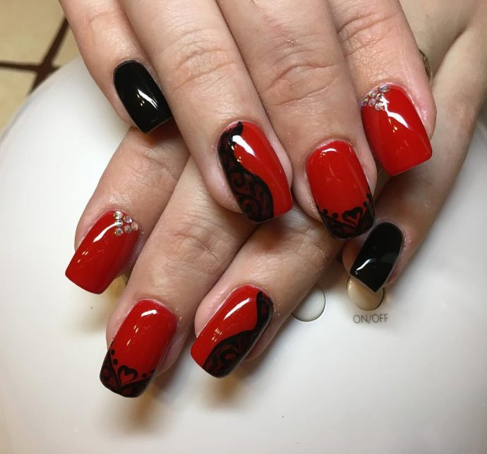 Маникюр шеллак красный с черным