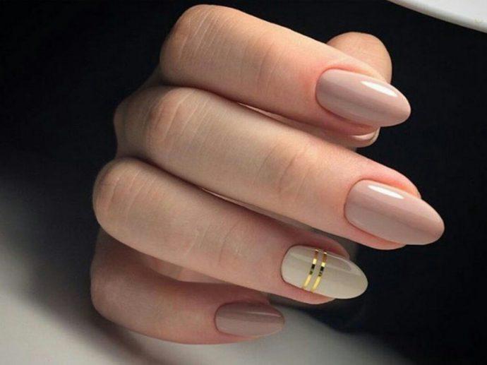 Пастельный маникюр с акцентом на одном ногте