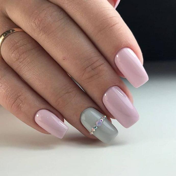Розовый маникюр со стразами на одном ногте