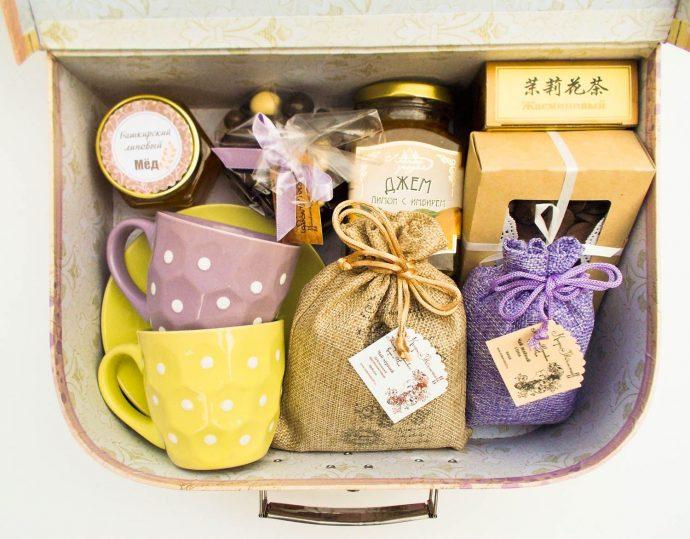 Набор чая и посуды в подарок