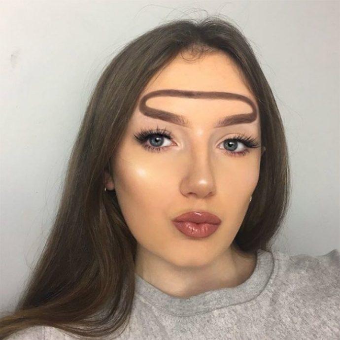 Девушка с бровью в виде нимба