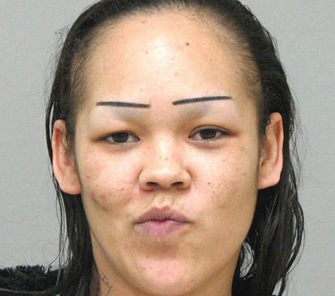 Девушка с прямыми бровями