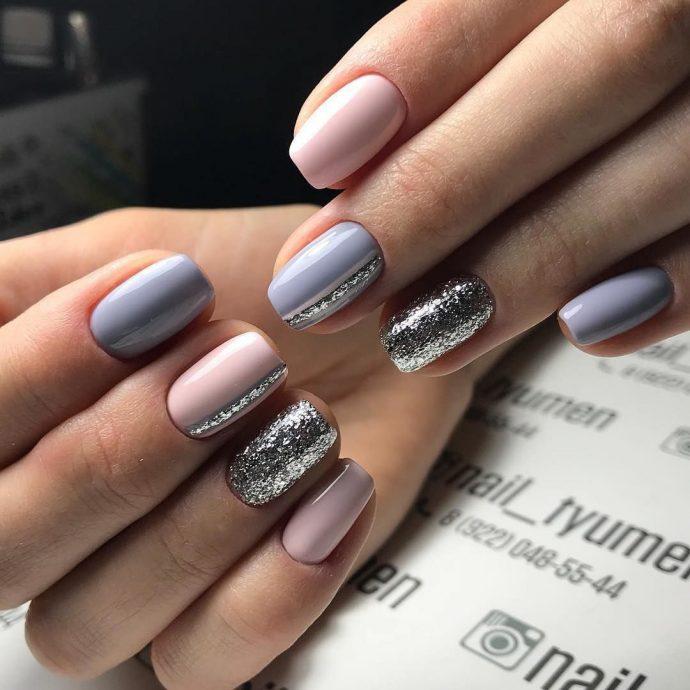 Маникюр нюдовый с серым и серебряным