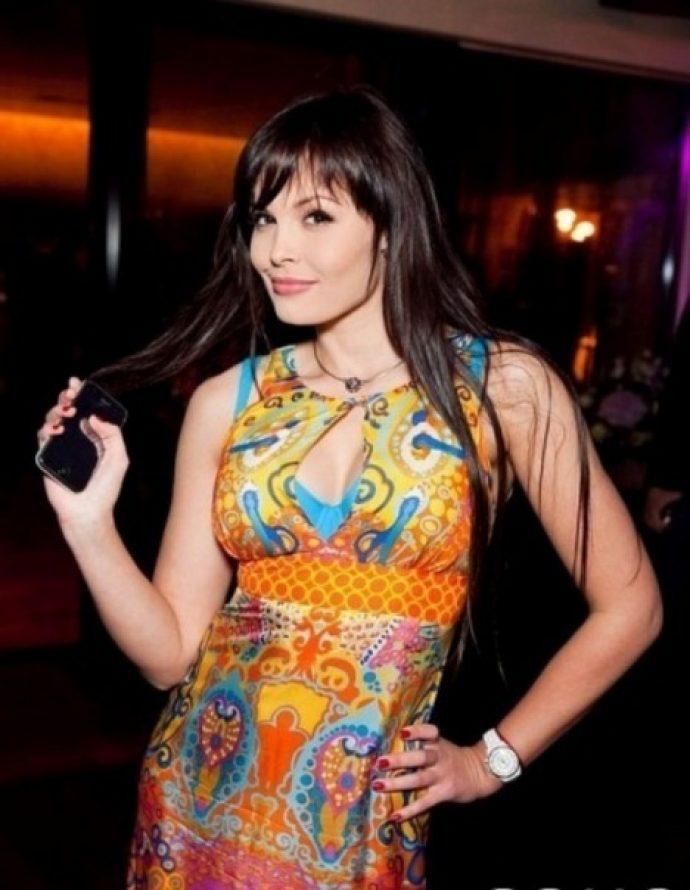 Мария Горбань в разноцветном платье