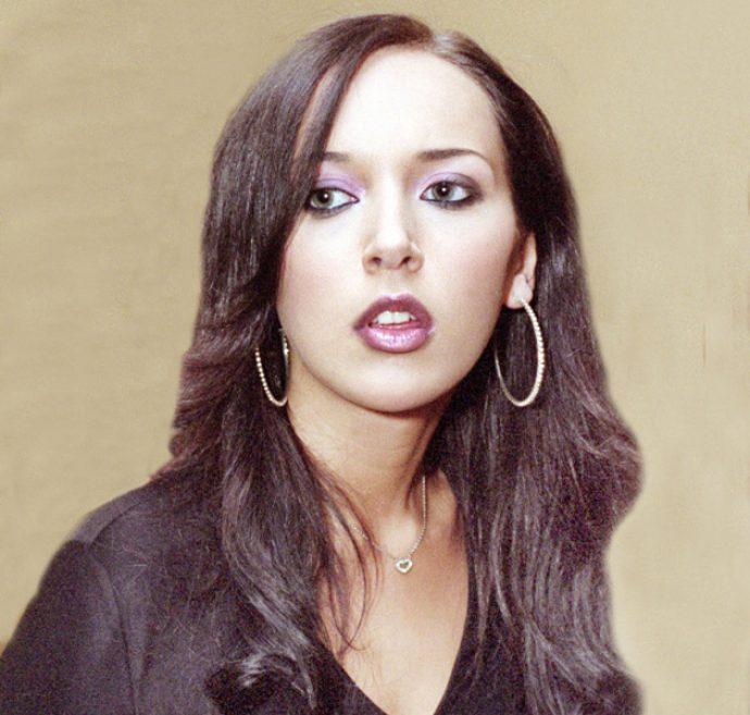 Певица Алсу с ярким макияжем