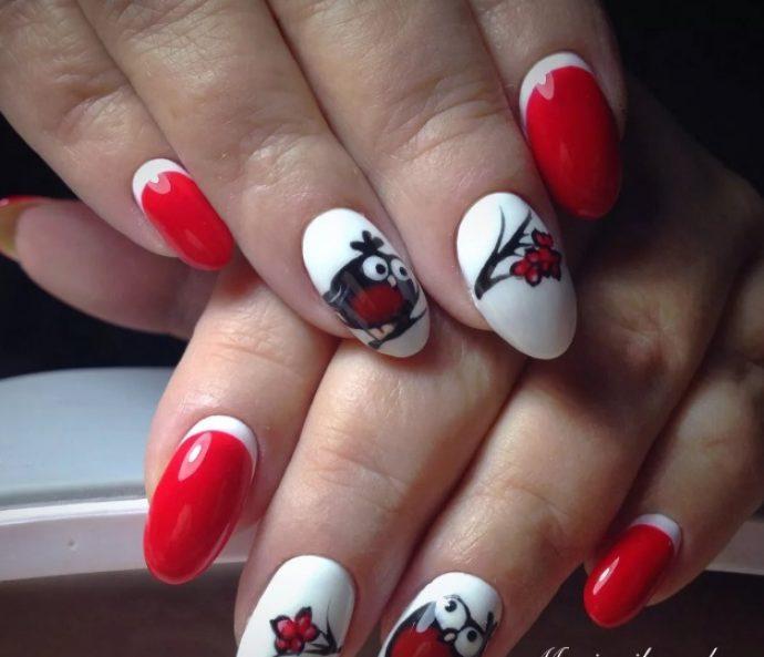 Красно-белый маникюр с птичкой