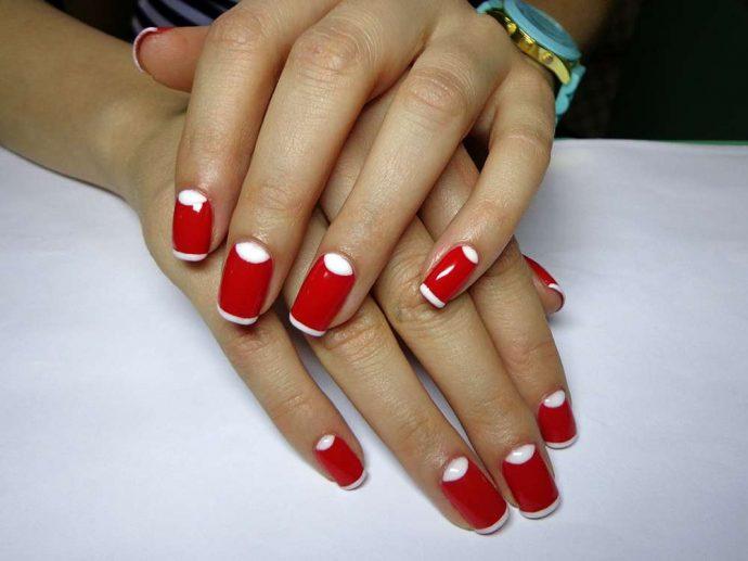 Яркий красно-белый маникюр