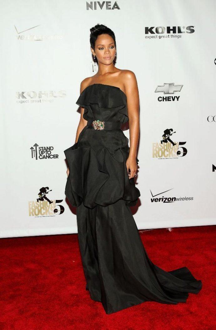 Рианна в черном платье
