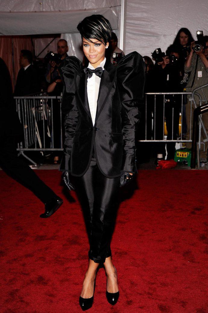 Рианна в экстравагантном черном костюме