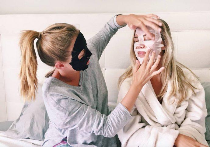 Девушки с тканевыми масками на лицах