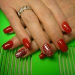 Красный с серебром: 25 идей маникюра на фото
