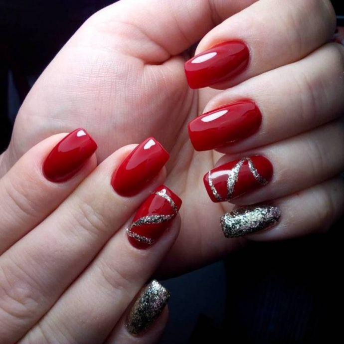 Маникюр красный с серебряным ногтем и узором