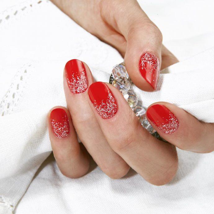 Маникюр красный с серебряными блёстками внизу кажного ногтя