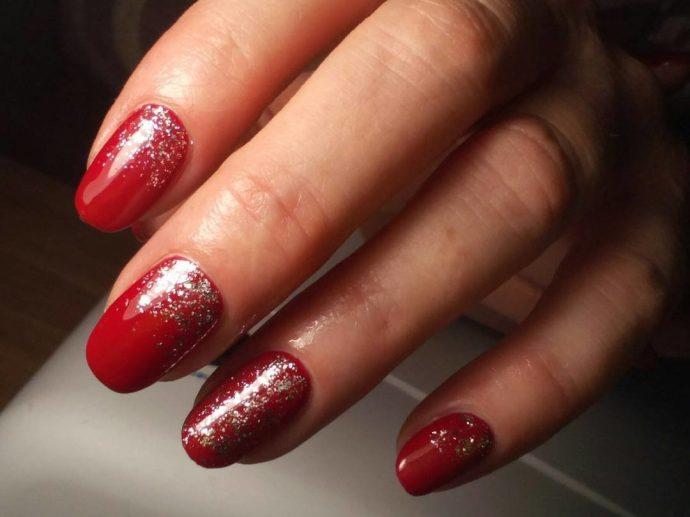 Красный маникюр с серебряными блёстками