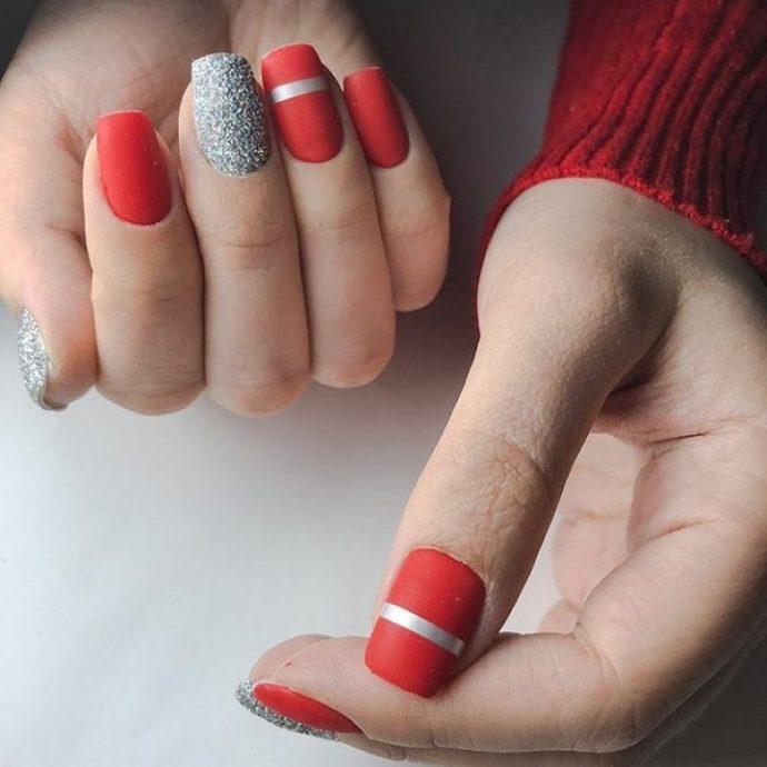 Красный матовый маникюр с серебряными блёстками