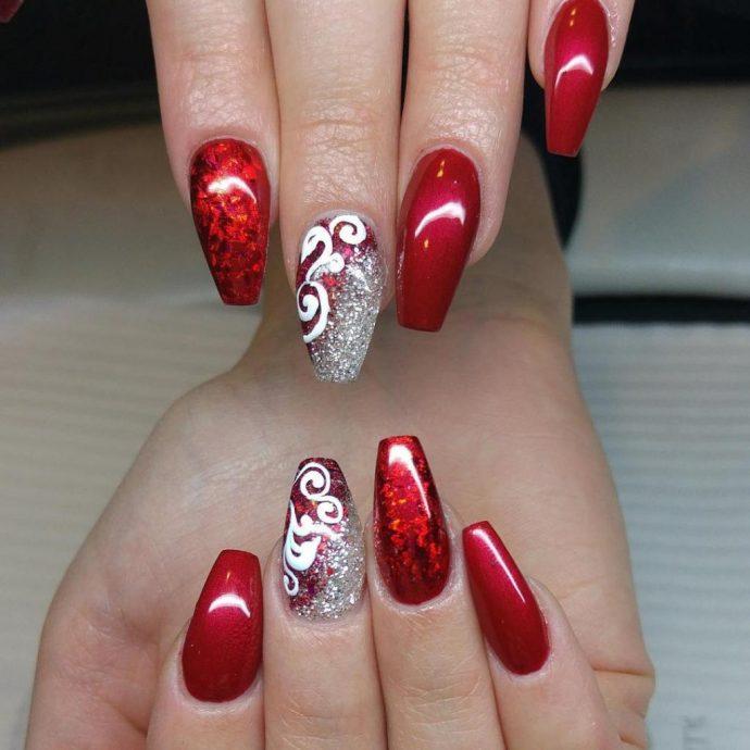 Красный маникюр с серебром и узорами