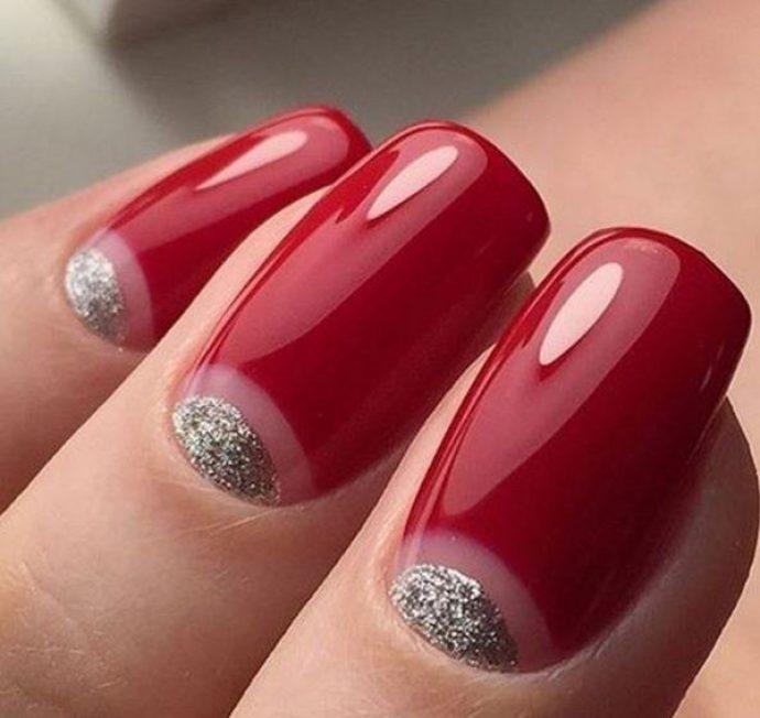 Красный маникюр с серебряными блёстками на лунке