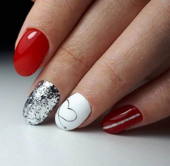 Красный маникюр с серебряным и белым ногтем