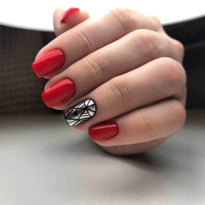 Красный маникюр с серебряным ногтем и чёрным узором