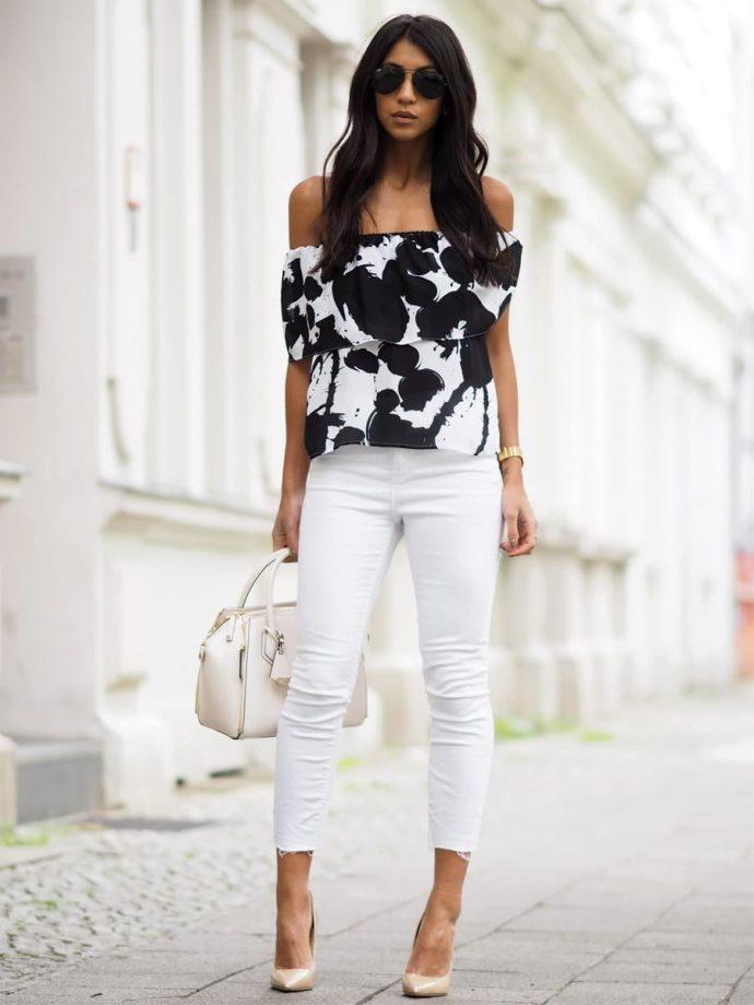 Девушка в джинсах-скинни и блузке