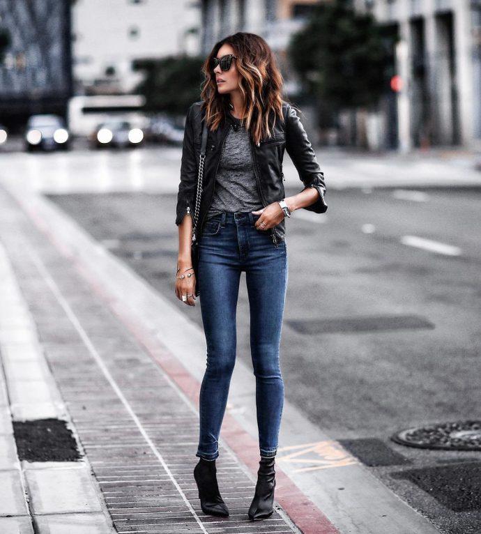 Девушка в джинсах-скинни и кожаной куртке