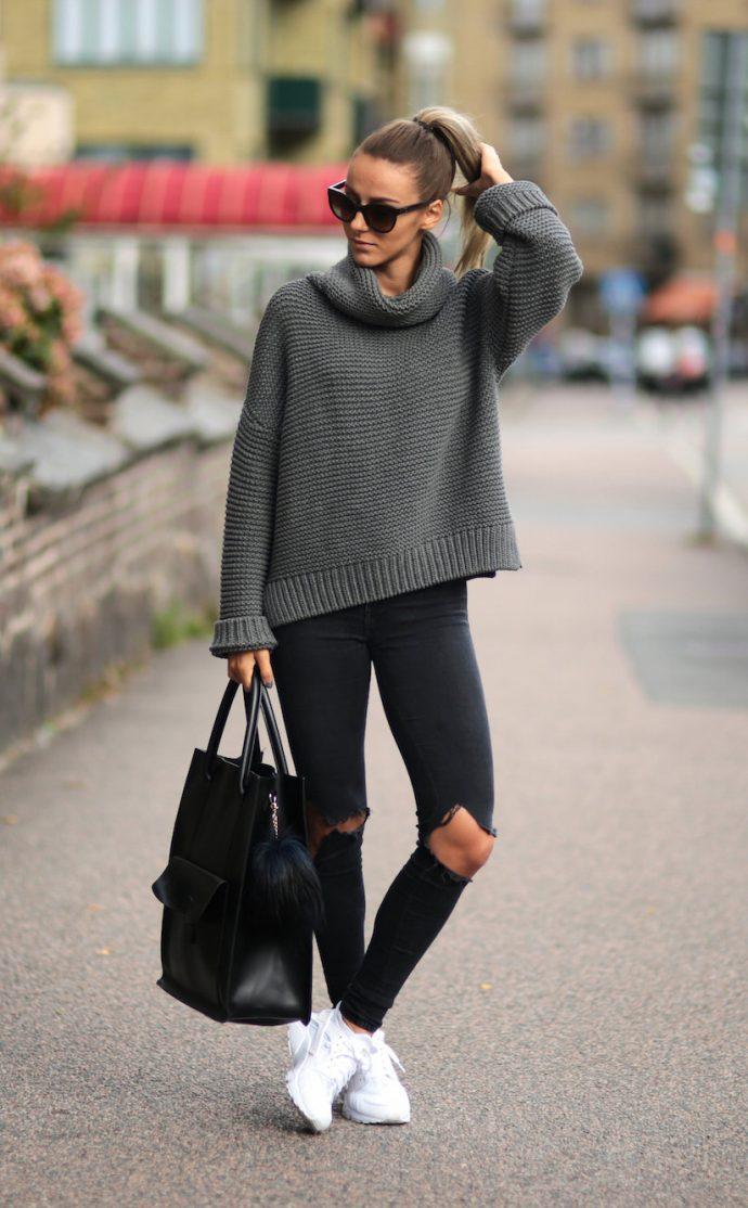 Девушка в джинсах-скинни и свитере