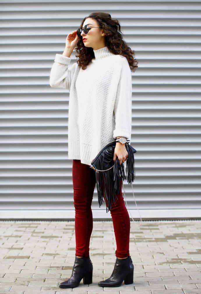 Девушка в джинсах-скинни и белом свитере