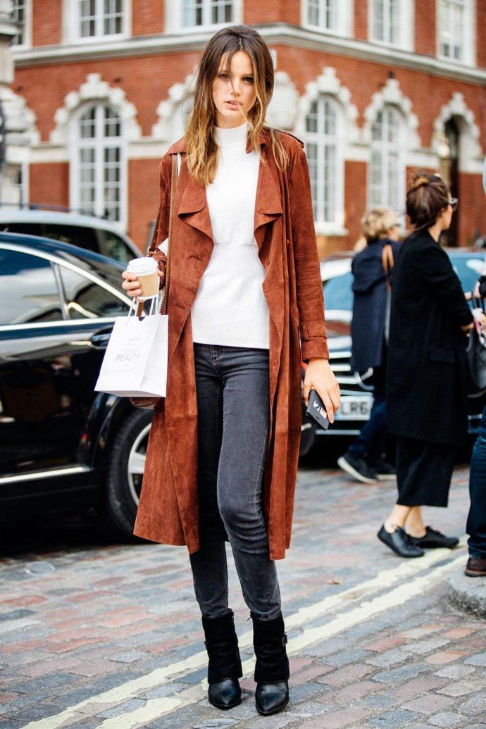 Девушка в джинсах-скинни и пальто
