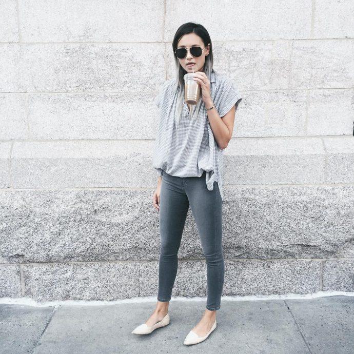 Девушка в джинсах-скинни и балетках