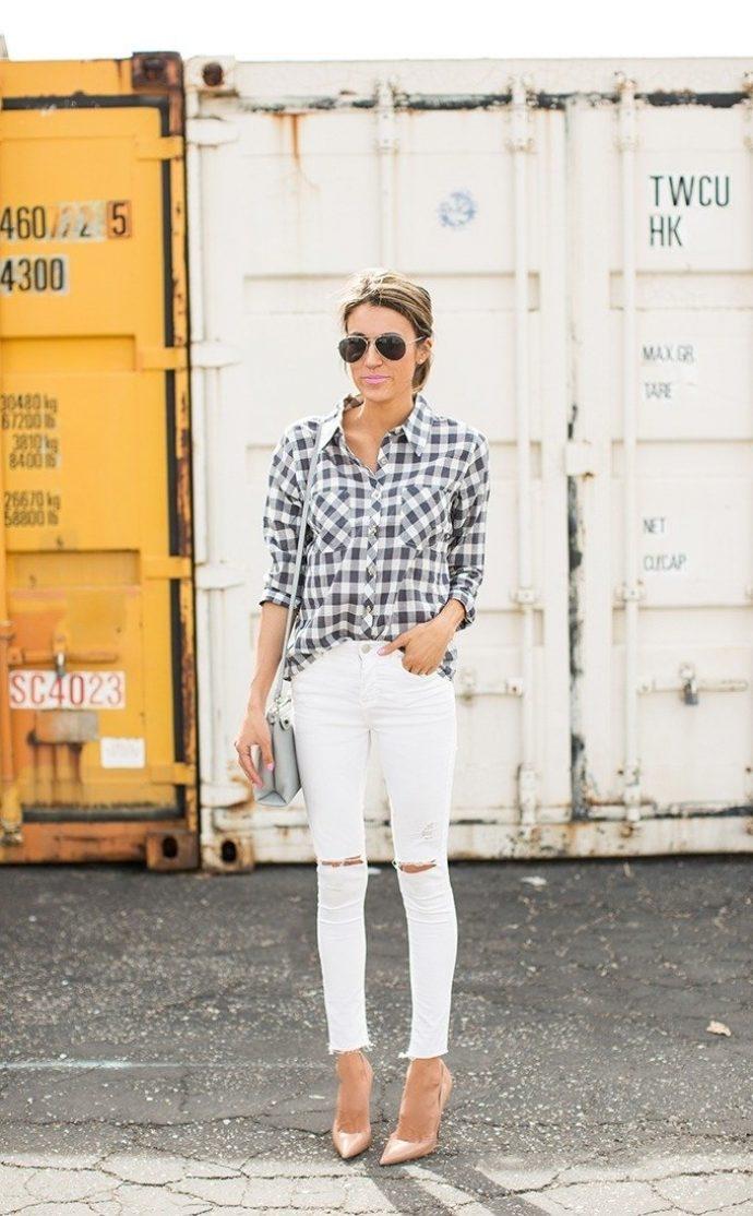 Девушка в белых джинсах-скинни