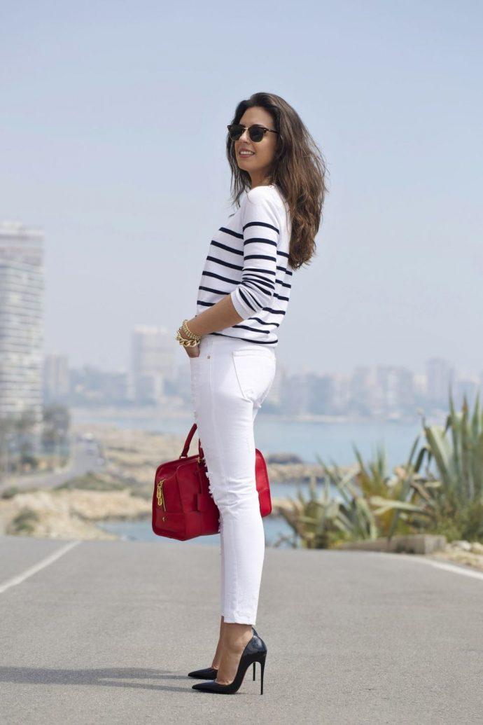 Девушка в джинсах-скинни и туфлях на каблуке