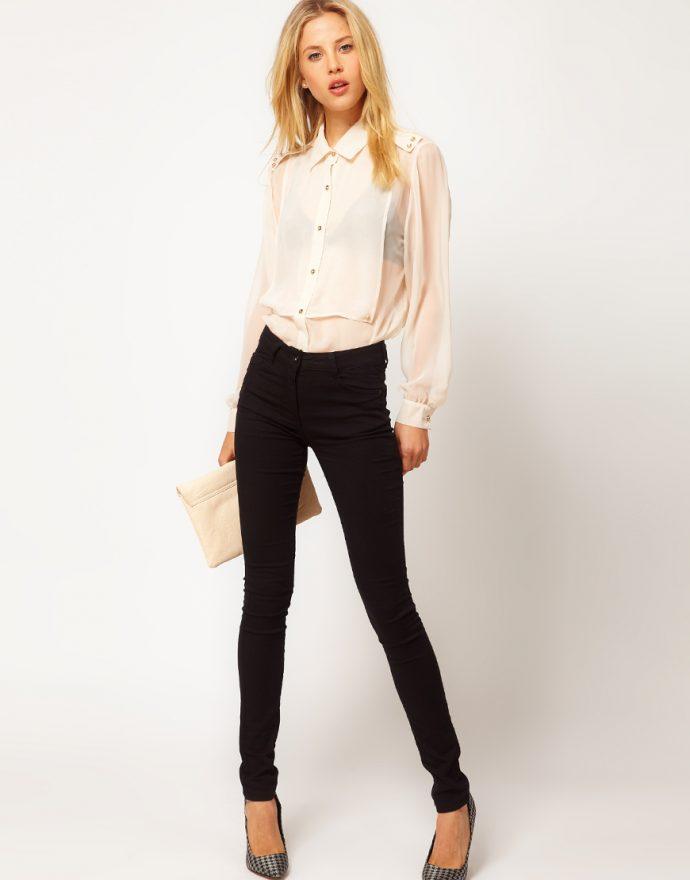 Девушка в джинсах-скинни и белой блузке