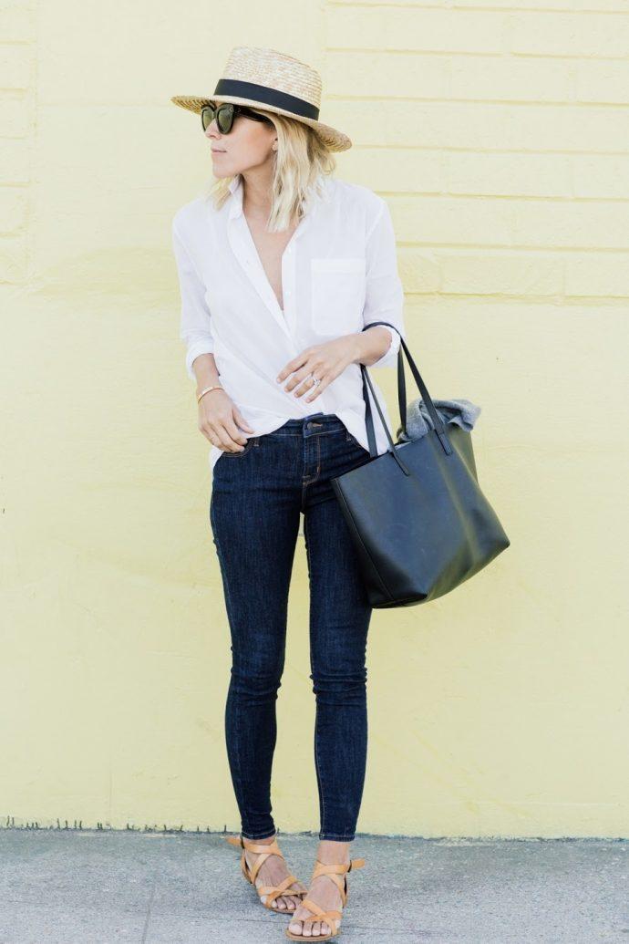 Девушка в джинсах-скинни и шляпке