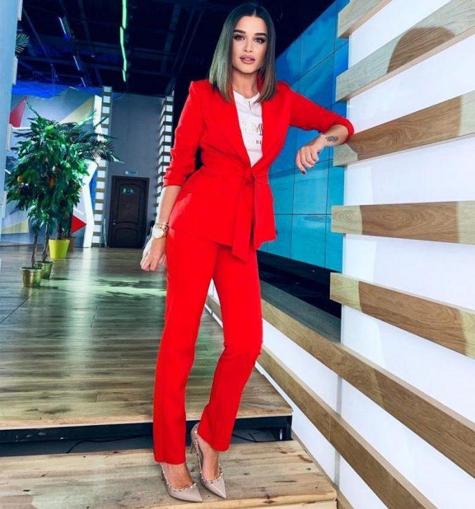 Ксения Бородина в красном костюме