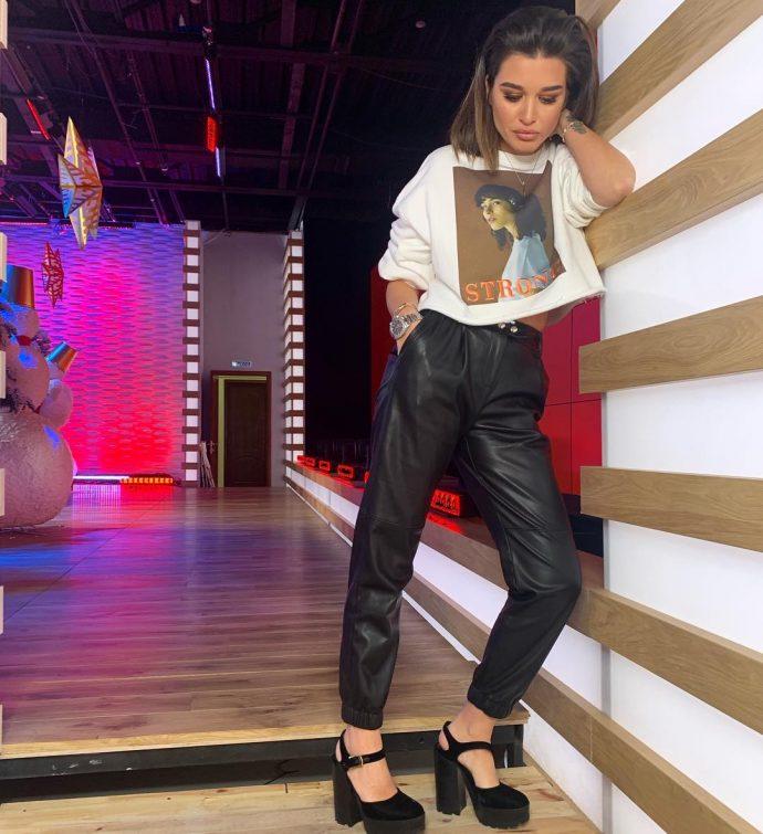Ксения Бородина в кожаных брюках