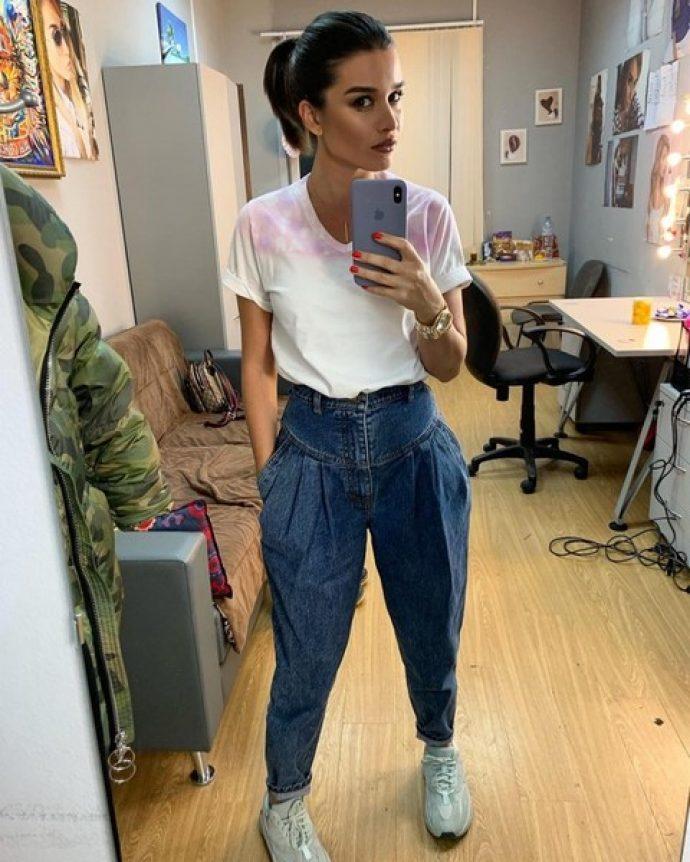 Ксения Бородина в джинсах и футболке