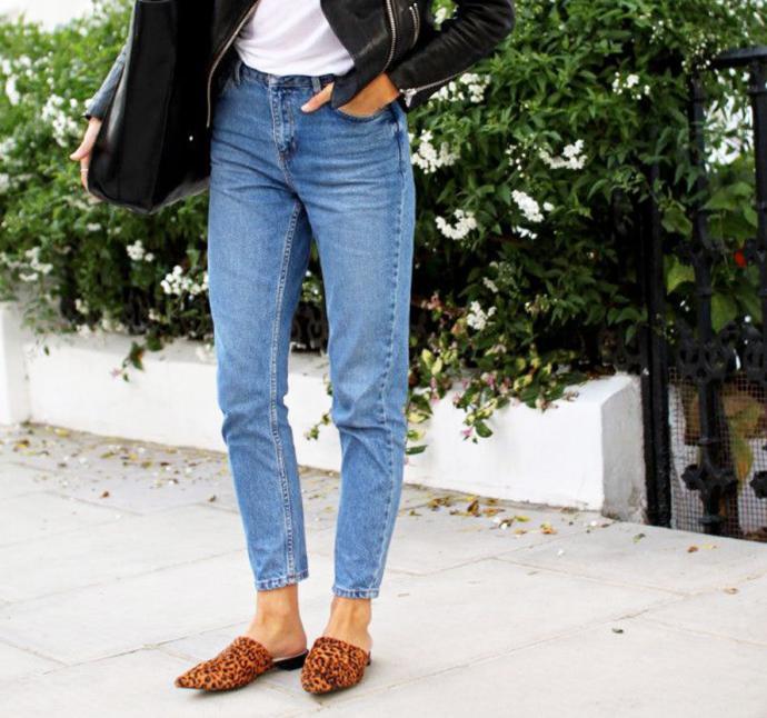 Яркая обувь в сочетании с джинсами