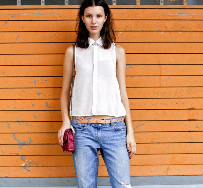 Блузка без рукавов и джинсы-бойфренды