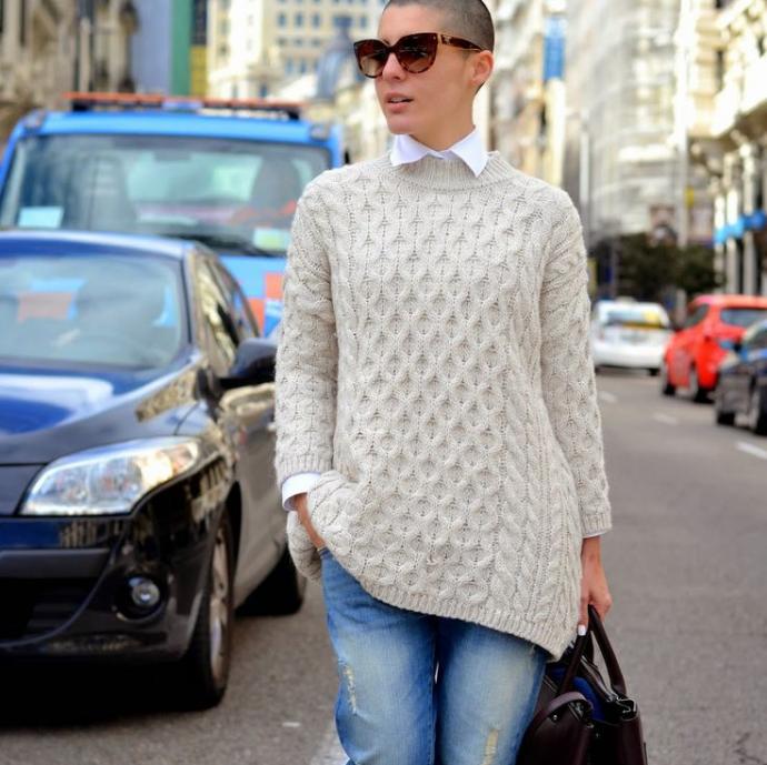 Вязаный свитер и джинсы-бойфренды