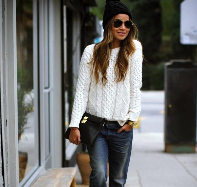 Вязаный свитер, заправленный в джинсы
