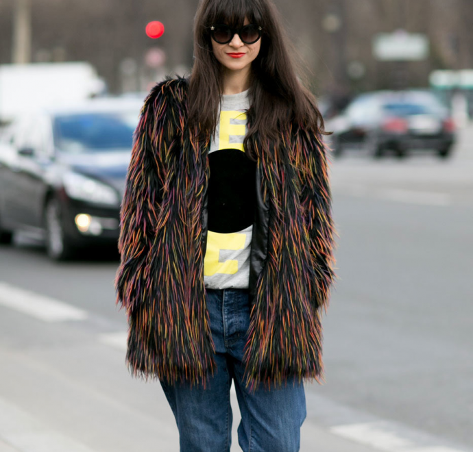 Разноцветная шуба и джинсы-бойфренды